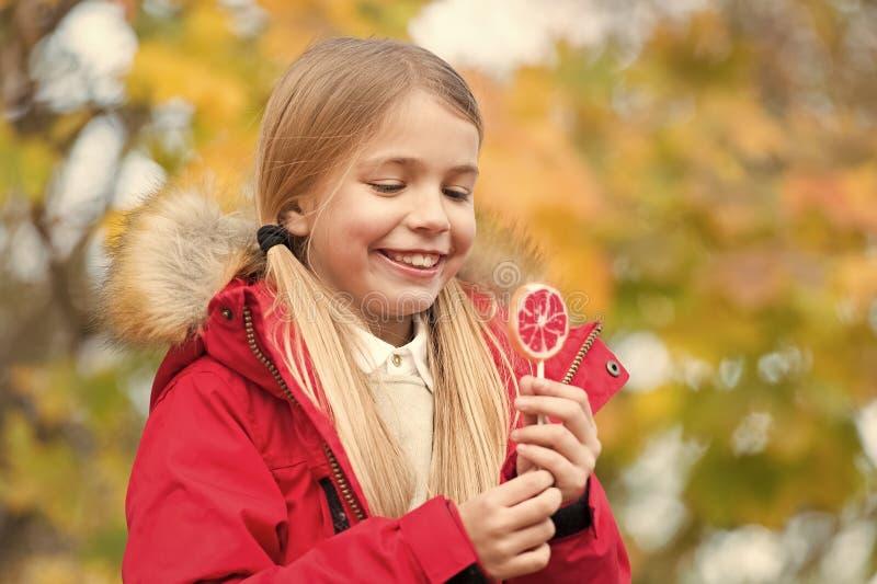Sucrerie douce son troph?e le jour de Halloween Sucrerie de bonbon ? des bonbons ou un sort Manteau d'usage de fille d'enfant pou photo stock