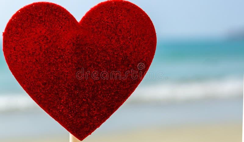 Sucrerie en forme de coeur avec le fond de plage image libre de droits