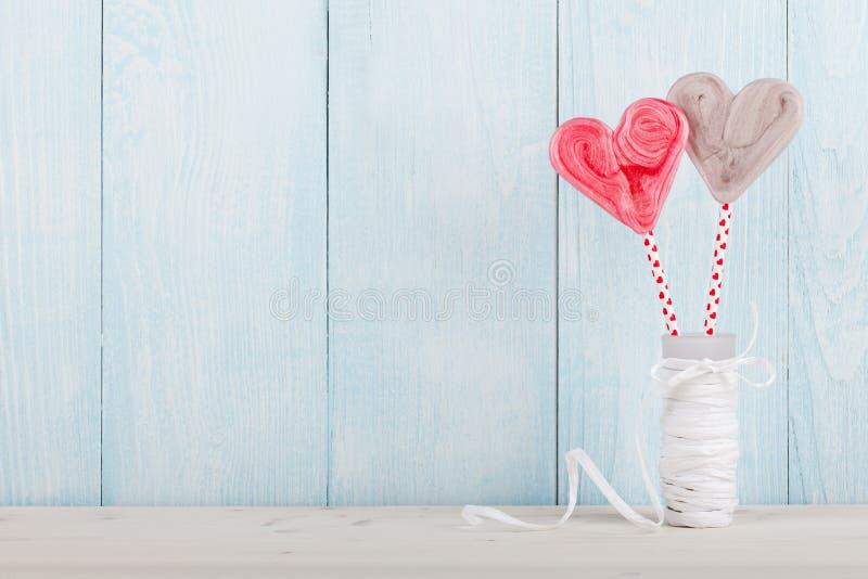 Sucrerie en forme de coeur de Saint-Valentin sur le fond en bois bleu images libres de droits