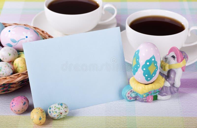Sucrerie et enveloppe de Pâques images stock
