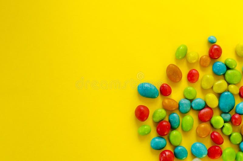 Sucrerie multicolore sur le fond jaune photos libres de droits