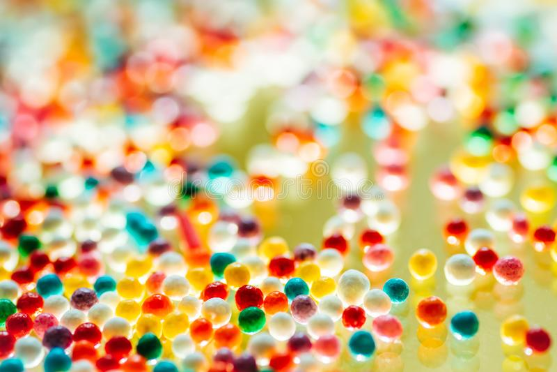 Sucrerie multicolore sur un fond jaune photo stock