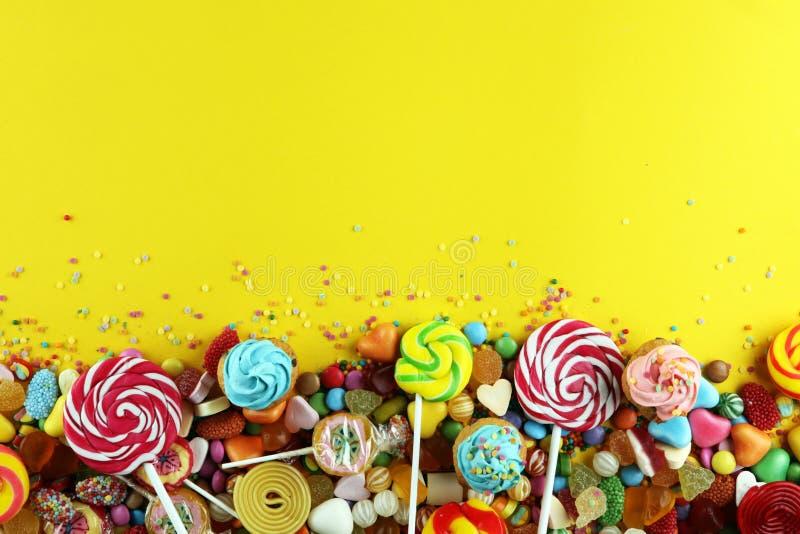 Sucreries avec la gelée et le sucre choix coloré de différents childs photos libres de droits