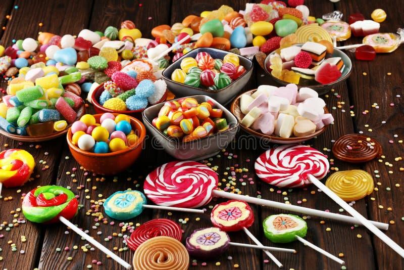 Sucreries avec la gelée et le sucre choix coloré de différents childs photos stock