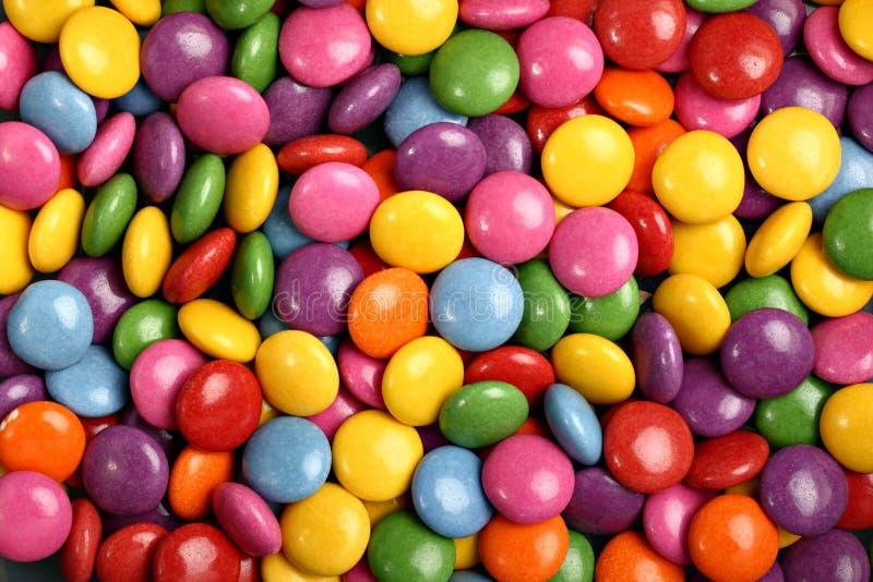Sucreries bouton-formées colorées avec le remplissage de chocolat images libres de droits