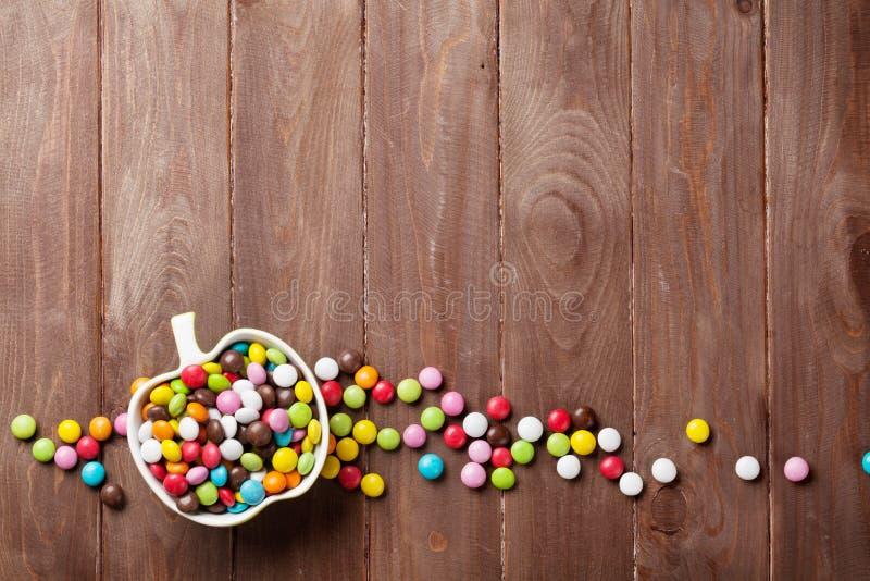 Sucreries colorées au-dessus de bois photos libres de droits