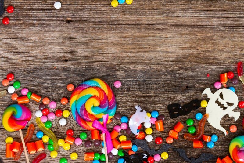Sucreries colorées de Halloween sur le bois photos libres de droits