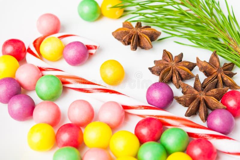 Sucreries colorées de plan rapproché avec la lucette, l'anis d'étoile et l'arbre de sapin images libres de droits