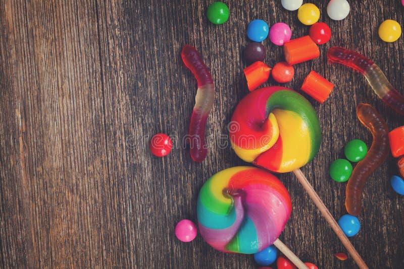 Sucreries colorées sur le bois image stock