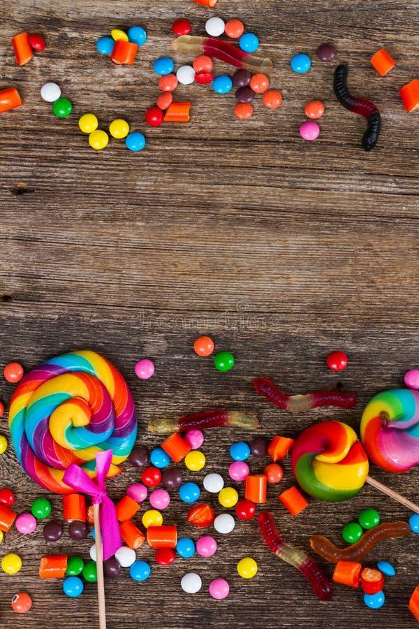 Sucreries colorées sur le bois images libres de droits