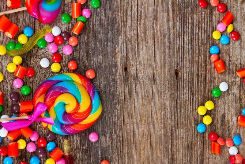 Sucreries colorées sur le bois photographie stock