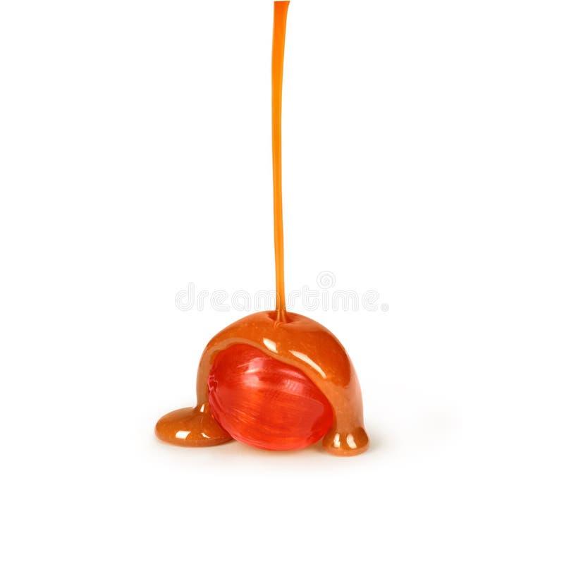 Sucreries de caramel et versement de sauce à caramel photo libre de droits