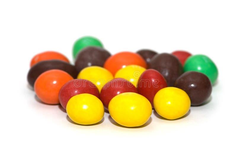 Sucreries de chocolat colorées d'isolement photographie stock