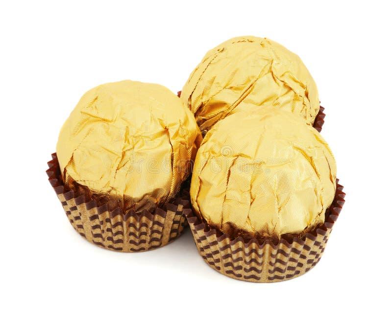 Sucreries de chocolat sucré dans le clinquant d'or images libres de droits