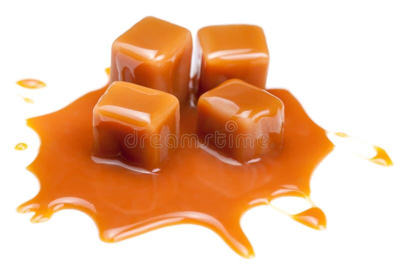 Sucreries douces de caramel avec de la sauce à écrimage de caramel d'isolement sur a image libre de droits