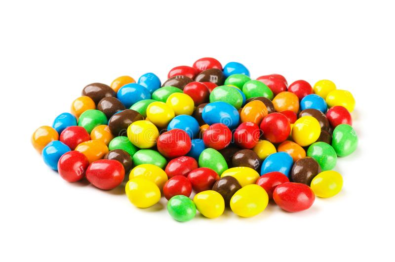 Sucreries du ` s de M&M, pile de la sucrerie recouverte de chocolat colorée d'isolement sur un fond blanc images stock