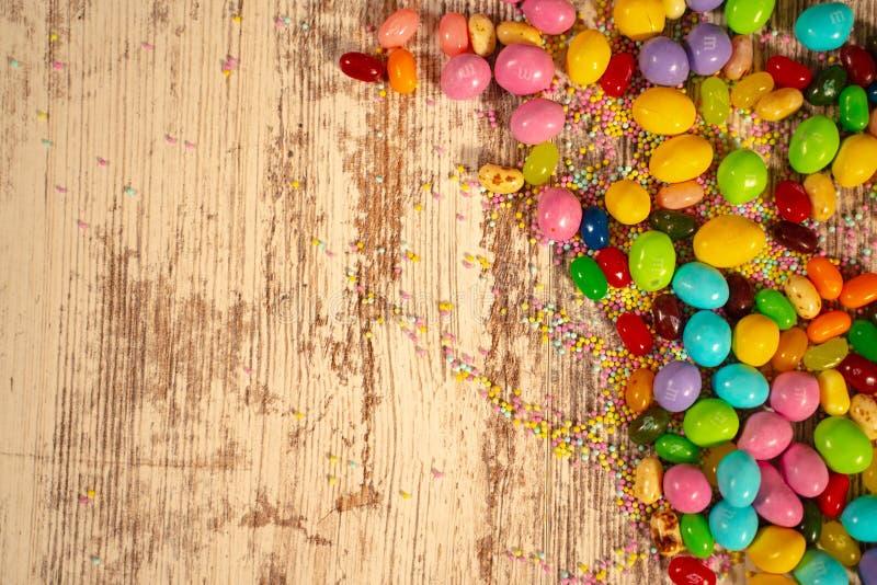 Sucreries et oeufs colorés de Pâques image libre de droits