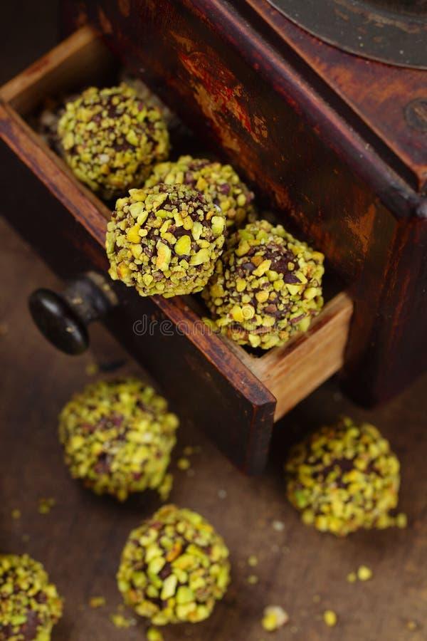 Sucreries faites maison de pistache sur le fond en bois photo stock