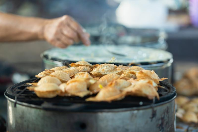 Sucreries, gâteau de riz de noix de coco ou Kanom thaïlandais Krok sur le marché thaïlandais images libres de droits