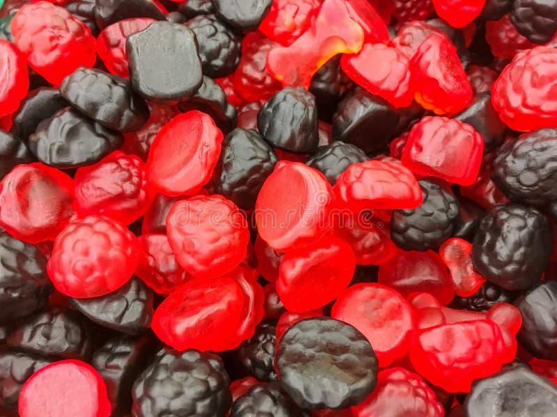 Sucreries rouges et noires appétissantes de gelée sous forme de blackbe photographie stock
