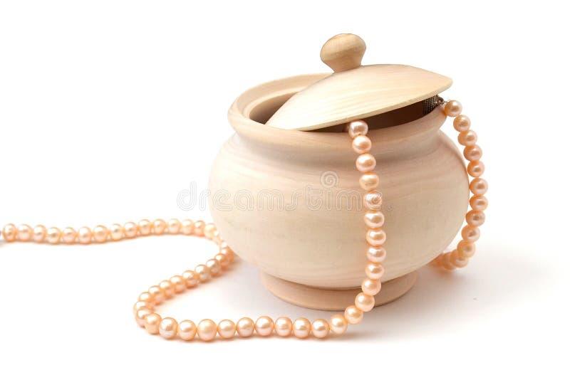 Sucrier en bois léger d'isolement avec un couvercle et une ficelle des perles de rose de mer sur un fond blanc photos stock