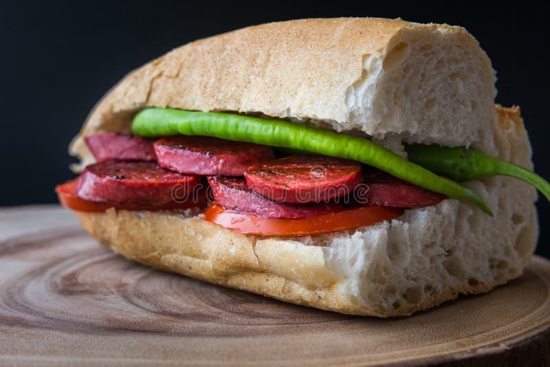 Sucuk Ekmek/salsiccia in panino del pane immagini stock libere da diritti