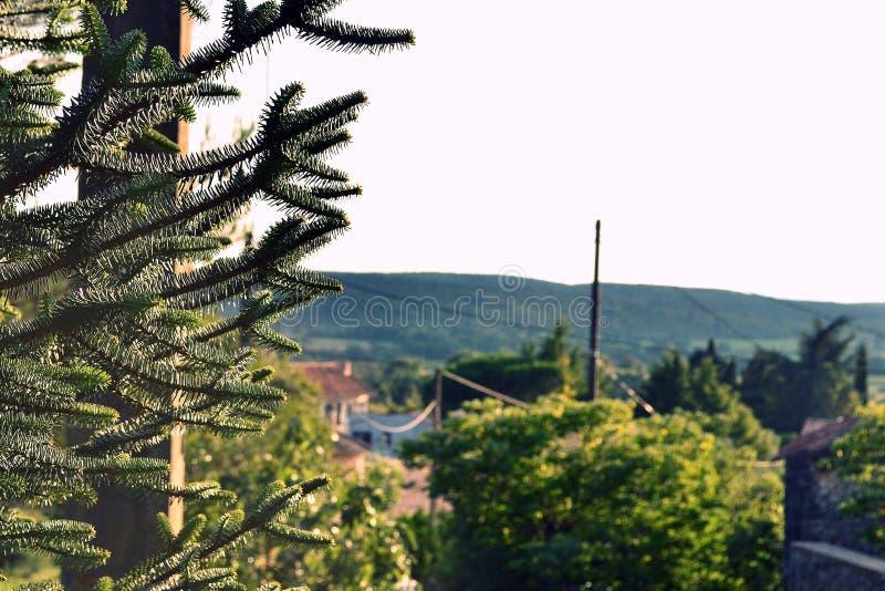 Sud de la France Coucher du soleil sur un village photos libres de droits