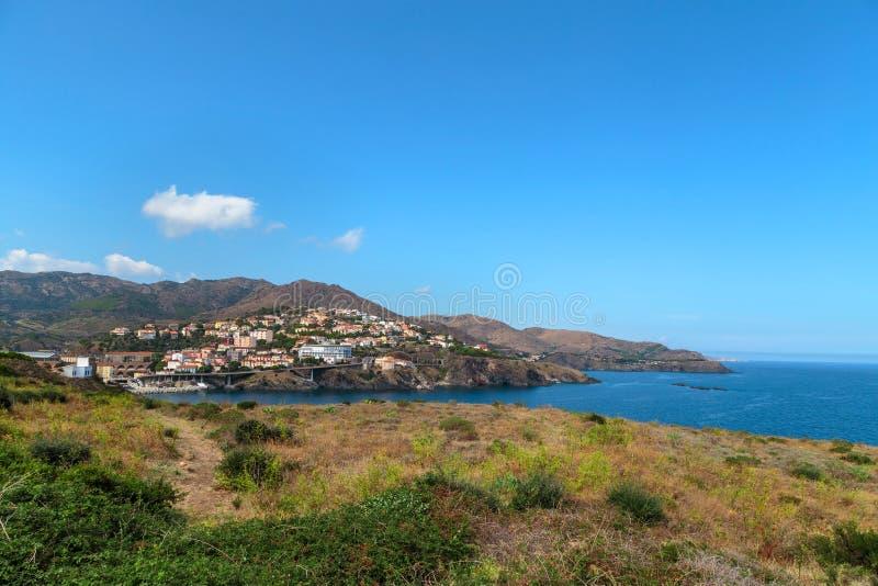 Sud della Francia Paesaggio del mar Mediterraneo Cittadina al piede delle montagne immagine stock libera da diritti