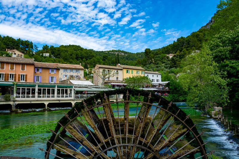A sud della Francia, vista sulla piccola citt? di Provencal del poeta Petrarch Fontaine-de-Valchiusa con acque di verde smeraldo  immagini stock libere da diritti