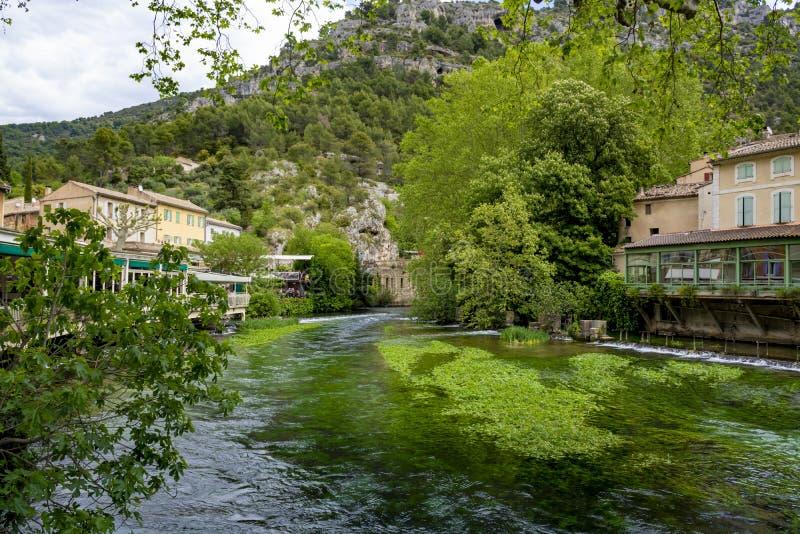A sud della Francia, vista sulla piccola citt? di Provencal del poeta Petrarch Fontaine-de-Valchiusa con acque di verde smeraldo  fotografia stock libera da diritti