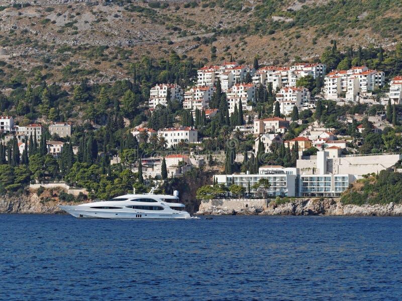 A sud di Ragusa, di Crotia, dell'yacht e della linea costiera  immagini stock libere da diritti