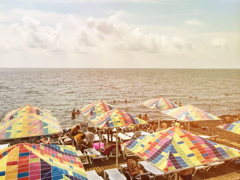 Sudak, Κριμαία - 24 Ιουνίου 2019: Ζωηρόχρωμες ομπρέλες ανά τέχνη εικονοκυττάρου για τη σκιά κατά τη διάρκεια των θερινών διακοπών στοκ εικόνα με δικαίωμα ελεύθερης χρήσης