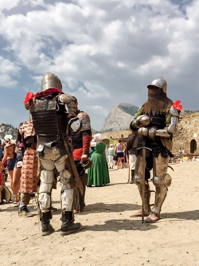 Sudak, Russland - 16. August 2015: zwei mittelalterliche Ritter in der Rüstung, im Rüstungs-, Kettenhemd und in den Sturzhelmen w stockfotos