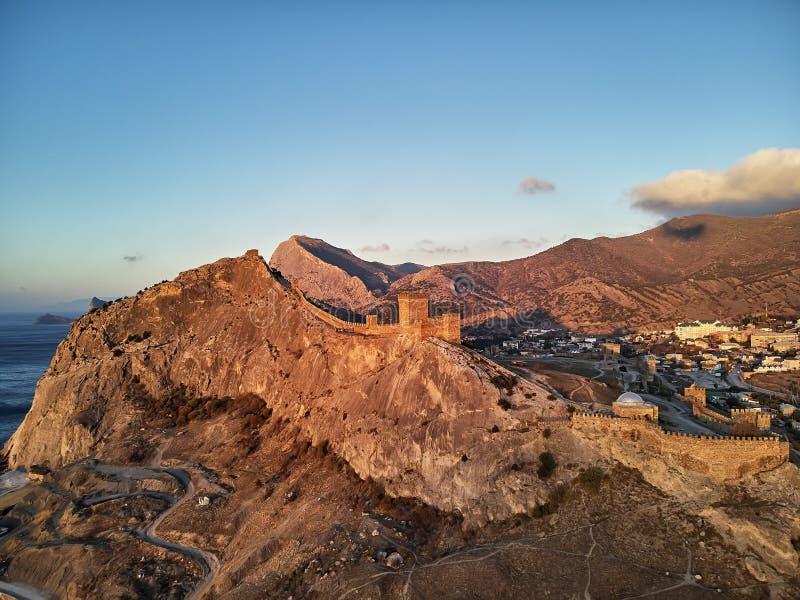 Sudak-Schloss in Krim Genoese Schattenbild des kauernden Geschäftsmannes stockfotos