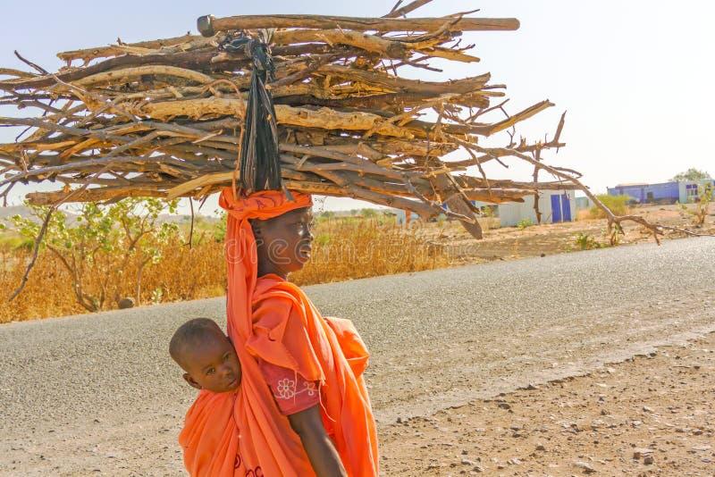 Sudanesisk kvinna med en behandla som ett barn fotografering för bildbyråer