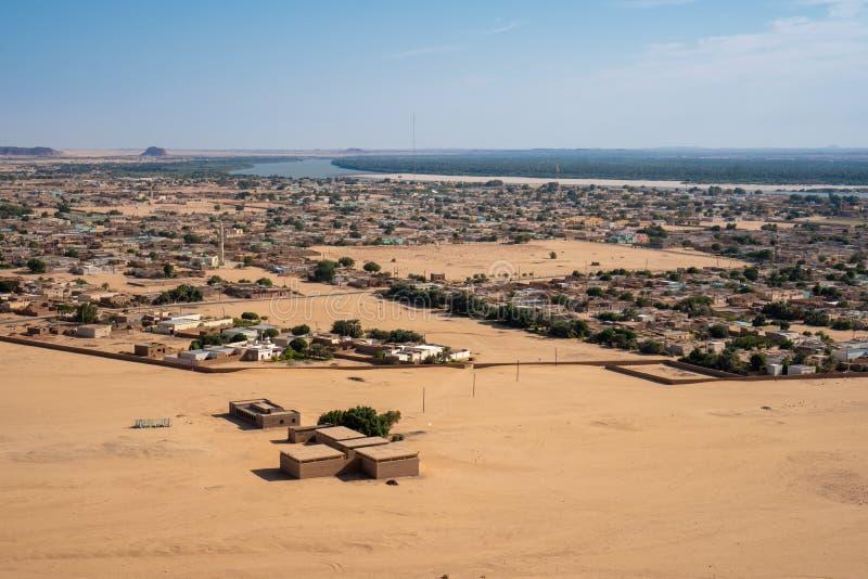 Sudanische Stadt von Karima gesehen von Jebel Berkal stockfotografie