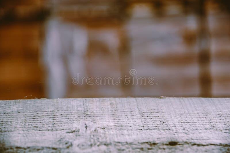 Suddig bakgrund av snickeriseminariet Tabell skrapad tabellöverkant kopiera avst?nd arkivbilder