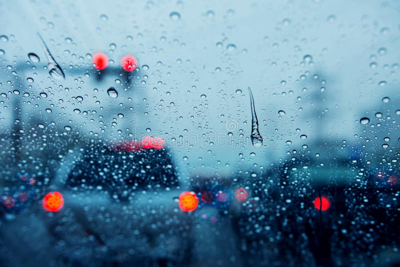 Suddig bakgrund av trafikstockning på regnig dag på tvärgatajunc arkivbilder
