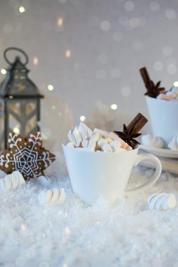 Suddig bakgrund av vinterfrost och julchoklad kryddar drycken med kakor royaltyfria foton