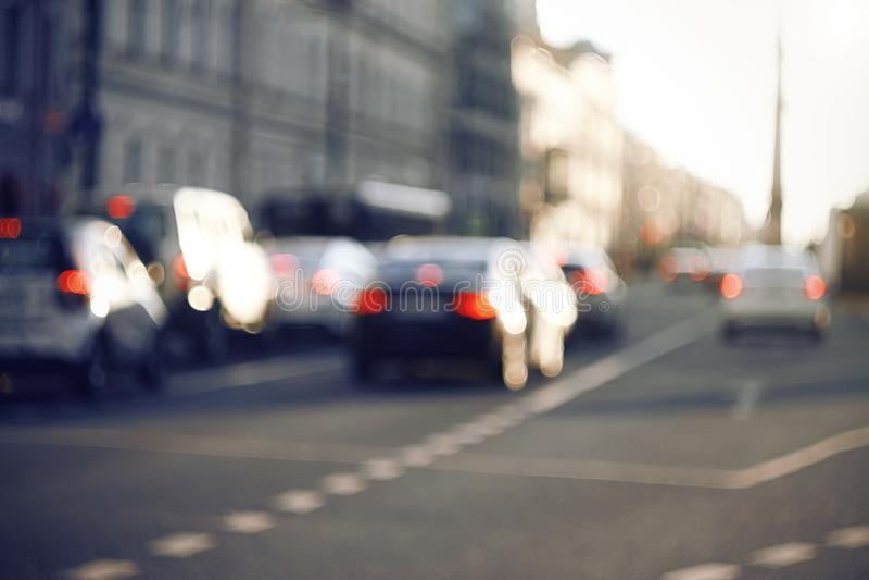 Suddig bakgrund med bilkörning längs avenyn arkivfoto