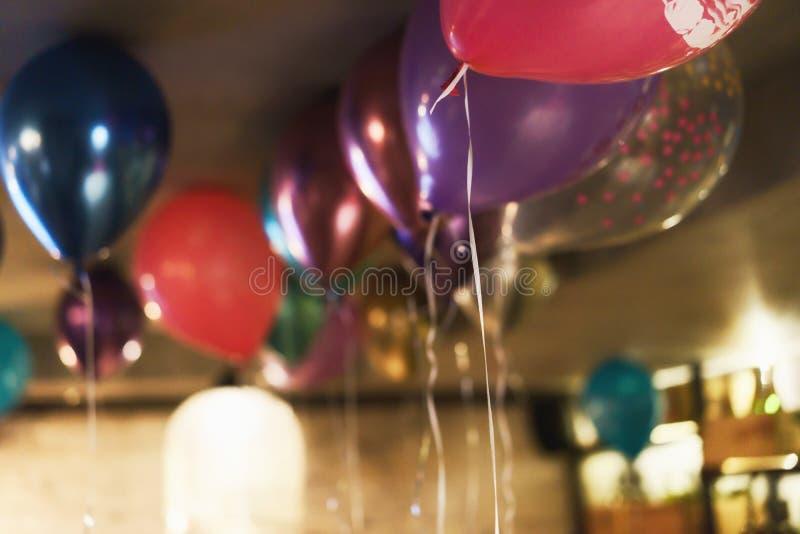 Suddig bakgrund med m?ngf?rgade ballonger under taket Festligt begrepp royaltyfria foton