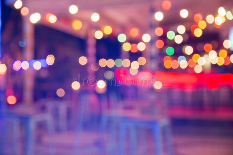 Suddig bakgrund: Restaurangen med tabeller och stolar gör suddig bakgrund arkivfoton