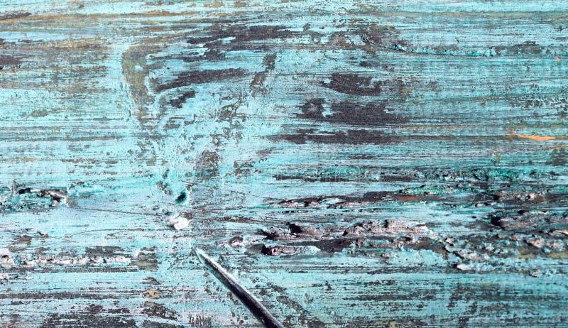 Suddig bakgrundstextur av målat trä Bästa sikt på texturen av blått-gräsplan ett träbräde med sprickor och skador fotografering för bildbyråer