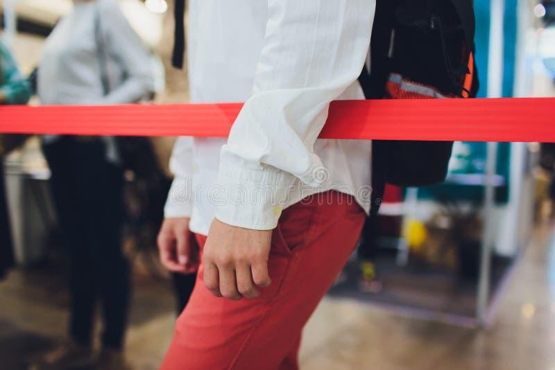 Suddig bild av den väntande på incheckningen för lång passagerarekö på flygplatsincheckningsdiskar royaltyfria bilder