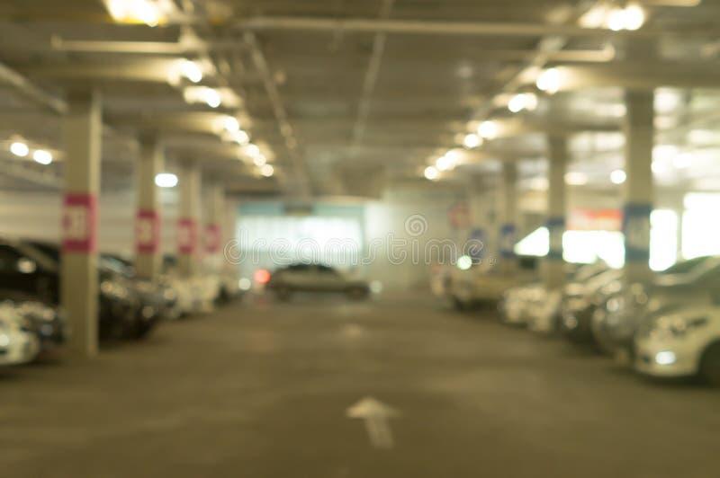 Suddig bild av parkeringsplatsen av varuhuset med olika bilar arkivfoton