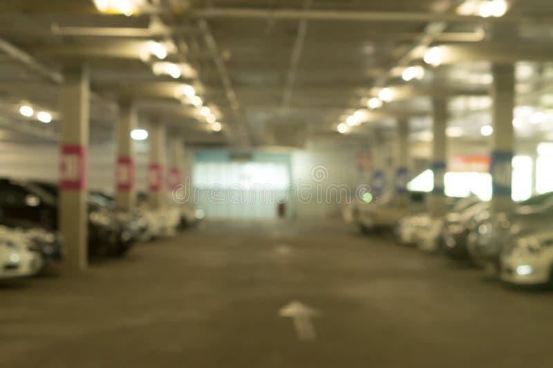 Suddig bild av parkeringsplatsen av varuhuset med olika bilar royaltyfria foton
