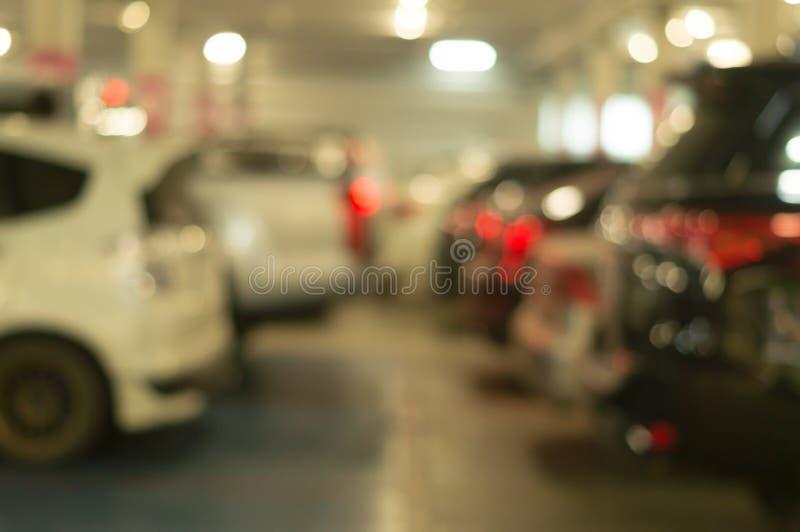 Suddig bild av parkeringsplatsen av varuhuset med olika bilar royaltyfria bilder
