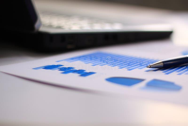 Suddig bild av skrivbordet i kontoret extra bakgrundsaffärsformat arkivfoto