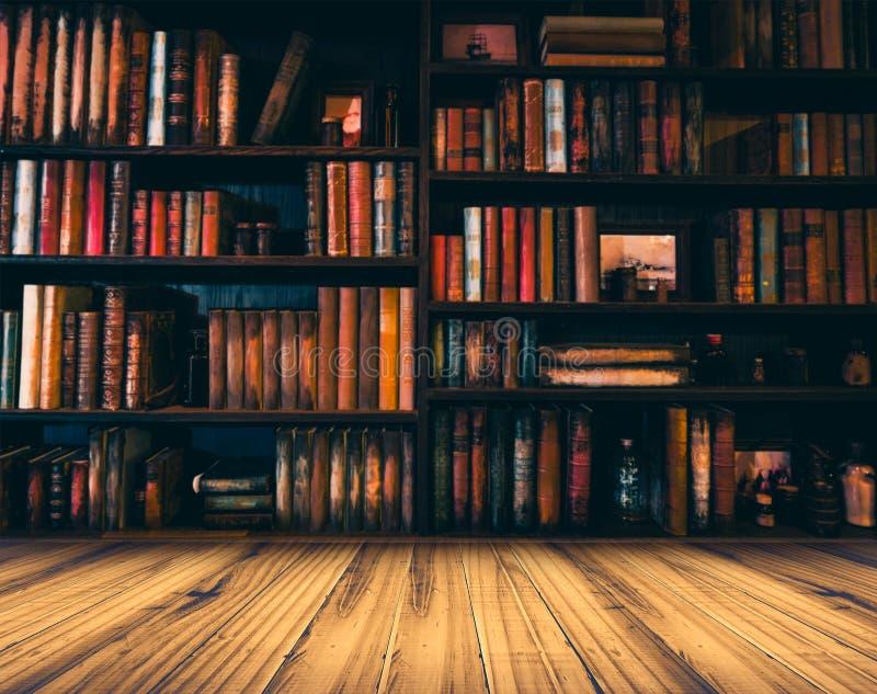 Suddig bild många gamla böcker på bokhyllan i arkiv arkivfoton