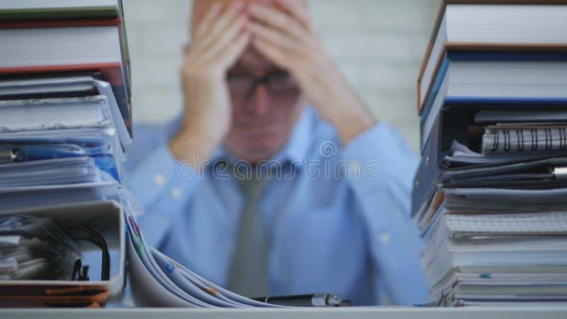 Suddig bild med affärsmannen In Office Room som lider en ruskig huvudvärk arkivfoton